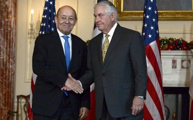 Le ministre des Affaires étrangères français Jean-Yves Le Drian (à gauche) avec son homologue américain Rex Tillerson au département d'État à Washington, DC le 18 décembre 2017. (Crédit : AFP / Eric BARADAT)