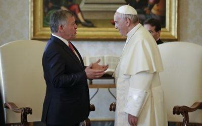 Le pape François avec le roi Abdullah II de Jordanie, durant un entretien privé au Vatican, le 19 décembre 2017. (Crédit : AFP/Pool/Max Rossi)