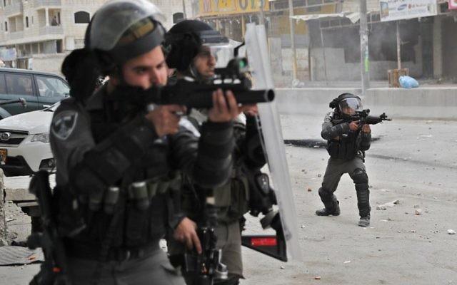 Les forces de l'ordre israéliennes durant des manifestations près du checkpoint de Qalandiya, en Cisjordanie, le 20 décembre 2017, après la reconnaissance de Jérusalem comme capitale d'Israël par Donald Trump. (Crédit : AFP / Thomas COEX)