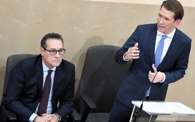 Le chancelier autrichien Sebastian Kurz, à droite, à côté du vice-chancelier autrichien Heinz-Christian Strache, du Parti de la liberté, lors d'une réunion spéciale de l'Assemblée nationale autrichienne à la salle d'assemblée parlementaire temporaire du château de Vienne le 20 décembre 2017 (Crédit : APA / ROLAND SCHLAGER)