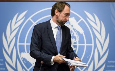 Cette photo prise le 30 août 2017 à Genève montre le Haut Commissaire des Nations unies aux droits de l'Homme, Zeid Raad Al Hussein, après une conférence de presse dans les bureaux de l'ONU à Genève (Crédit : AFP / Fabrice COFFRINI)