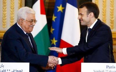 Emmanuel Macron et Mahmoud Abbas à l'Élysée le 22 décembre 2017 (Crédit : AFP / POOL / Francois Mori)