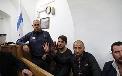 Les touristes turcs, qui ont été arrêtés plus tôt dans la semaine sur un lieu saint à Jérusalem après les prières musulmanes, sont vus dans un tribunal israélien à Jérusalem, le 23 décembre 2017. (Crédit : AFP / Ahmad GHARABLI)