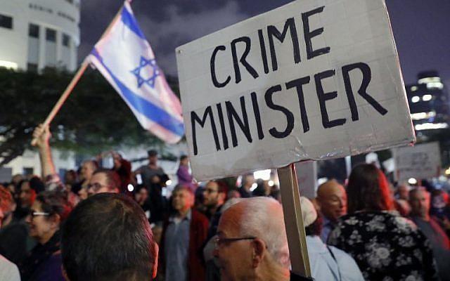 Une pancarte, qui joue sur le mot 'Premier ministre' en anglais, qui se dit 'Prime minister' avec le mot crime, vue lors d'un rassemblement contre la corruption à Tel Aviv le 23 décembre 2017. (Crédit : AFP / JACK GUEZ)