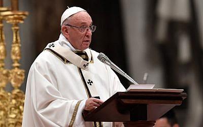 Le pape François célèbre la messe à la veille de Noël marquant la naissance de Jésus-Christ le 24 décembre 2017 à la basilique Saint-Pierre au Vatican. (Crédit : AFP / Andreas SOLARO