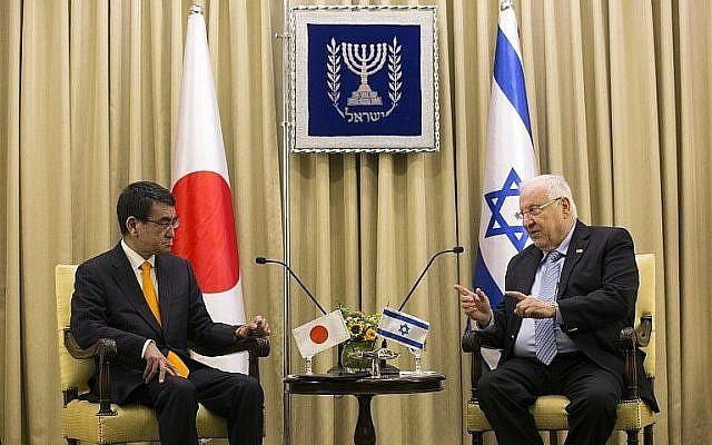 Le ministre japonais des Affaires étrangères Taro Kono (L) rencontre le président Reuven Rivlin à la résidence du président à Jérusalem le 25 décembre 2017. (AFP Photo / Pool / Heidi Levine)