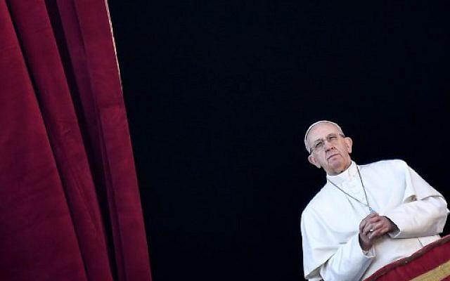 """Le pape François, au balcon de la Basilique St Pierre durant le discours traditionnel """"Urbi et Orbi"""" de Noël, le 25 décembre 2017 (Crédit / AFP PHOTO / Andreas SOLARO)"""