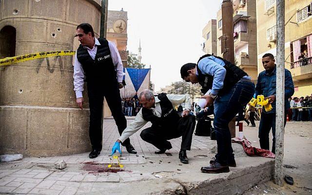Les forces de sécurité et la police scientifique inspectent le lieu d'un attentant dans une église, au Caire, le 29 décembre 2017. (AFP / Samer ABDALLAH)