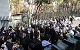 Des étudiants iraniens affrontent la police à l'université de Téhéran durant une manifestation, le 30 décembre 2017 (Crédit : AFP PHOTO / STR)