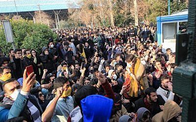 Les étudiants iraniens manifestent à l'université de Téhéran le 30 décembre 2017. Les étudiants ont organisé un troisième jour de protestation, ont montré des vidéos postées sur les réseaux sociaux, mais ils ont été surpassés en nombre par les contre-manifestants (Crédit : AFP PHOTO / STR)