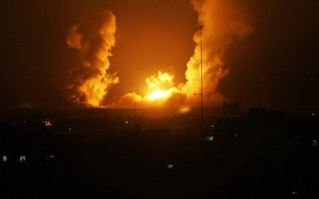 Photo d'illustration : Une boule de feu après une frappe israélienne sur Rafah, dans le sud de Gaza, le 1er juillet 2014 (Crédit :: AFP/Said Khatib)