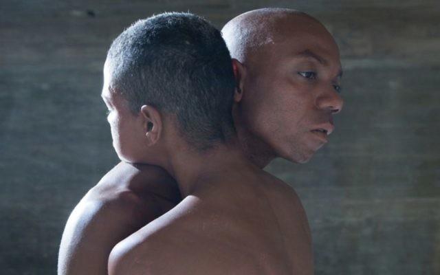 Shamel Pitts (à droite) et Mirelle Martins dans leur oeuvre 'Black Velvet', qui contient de la nudité et qui est dansée dans le cadre de la Semaine internationale de la Danse à Jérusalem (Autorisation : Shamel Pitts et Mirelle Martins)