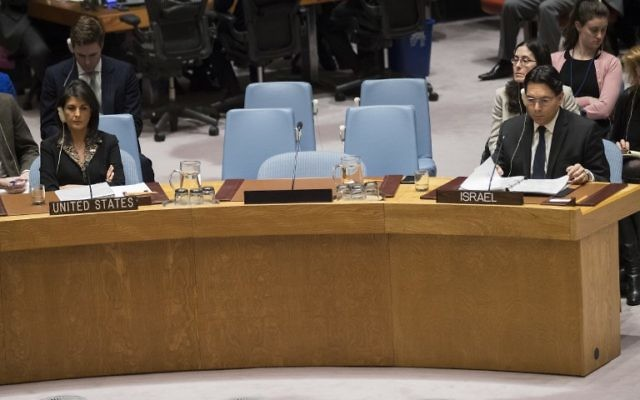 L'ambassadrice américaine aux Nations unies Nikki Haley, à gauche, et l'ambassadeur israélien à l'ONU Danny Danon lors d'une réunion du Conseil de Sécurité le 18 décembre 2017 à New York (Crédit :  Drew Angerer/Getty Images/AFP)