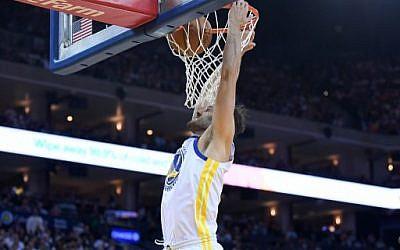 Omri Casspi, des Golden State Warriors, affronte les Cleveland Cavaliers lors d'un match de basketball de la NBA le 25 décembre 2017 à Oakland, en Californie. (Crédit : Thearon W. Henderson / Getty Images / AFP)