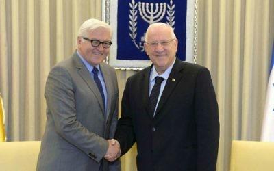 Le président israélien Reuven Rivlin, à droite, rencontre le ministre allemand des Affaires étrangères, Frank-Walter Steinmeier, à la résidence présidentiel, à Jérusalem, en Israël, le 31 mai 2015 (Photo de Mark Neyman / GPO)
