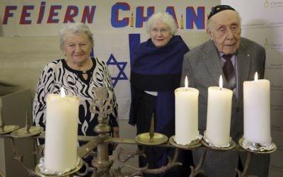 De gauche à droite : Assia Gorban, Marlene Herzberg et Rudolf Rosenberg, survivants de l'Holocauste, assistent à une réception et à l'illumination des bougies de Hanoukka au Centre communautaire juif, à Berlin, en Allemagne, le jeudi 14 décembre 2017 (AP Photo / Michael Sohn)