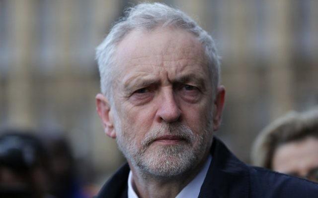 Jeremy Corbyn, leader du Parti travailliste, se promène le long du pont de Westminster dans le centre de Londres, le 23 mars 2017 (AFP Photo / Daniel Leal-Olivas)