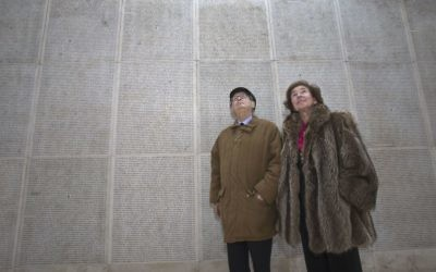 Serge Klarsfeld et sa femme Beate, les Français «chasseurs de nazis», regardent le mur des Noms au Mémorial de la Shoah à Paris, le 5 décembre 2017 (Photo AP / Michel Euler)