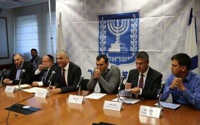 Moshe Kahlon (troisième à partir de la gauche), ministre des Finances, annonce une réduction des tarifs douaniers et des taxes à l'achat pour les consommateurs lors d'une conférence de presse à Jérusalem, le 11 décembre 2017 (bureau du porte-parole du ministère des Finances)