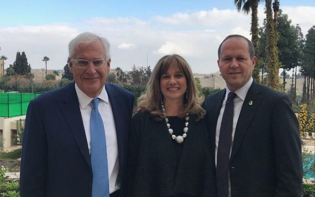 David Friedman, ambassadeur américain en Israël, à gauche, son épouse Tammy Sand, au centre, et Nir Barkat, maire de Jérusalem, le 13 décembre 2017 (Municipalité de Jérusalem)