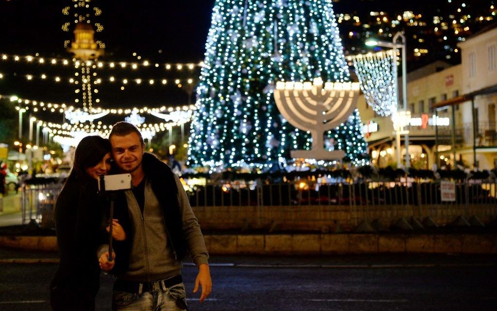 Célébration de la Fête des Fêtes, section transversale de Hanukkah, Noël et Id al-Adha à Haïfa (Sapir Bronzberg / Flash 90)