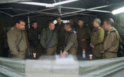 Gadi Eisenkot avec des hauts-gradés de l'armée israélienne en Cisjordanie, le 6 décembre 2017. (Crédit : armée israélienne)