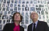 Serge Klarsfeld et sa femme Beate, les Français «chasseurs de nazis», regardent des photos de jeunes juifs déportés de France, au Mémorial de la Shoah à Paris, le 5 décembre 2017 (Photo AP / Michel Euler)