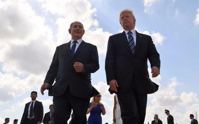 Le président américain Donald Trump, à droite, et le Premier ministre Benjamin Netanyahu à l'aéroport Ben Gurion, à la fin du voyage de Trump, le 23 mai 2017 (Crédit : Coby Gideon / GPO)
