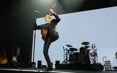 Bryan Adams lors d'un concert à Tel Aviv le 4 décembre 2017 (Crédit : (Crédit : Orit Pnini)