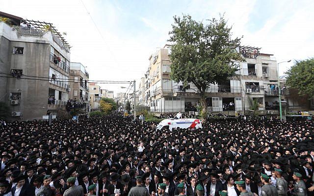La foule réunie pour les funérailles du rabbin Aharon Yehudah Leib Steinman à Bnei Brak, le 12 décembre 2017 (Crédit : Yonatan Sindel/Flash90)