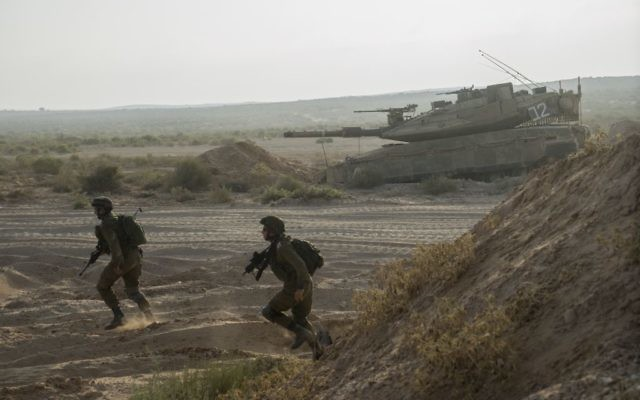 Photo d'illustration. Des soldats de l'armée israélienne s'entraînent sur la base militaire de Tzeelim, dans le sud d'Israël, le 19 août 2015 (Crédit : Armée israélienne /Flickr)