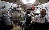 Les responsables de l'équipe médicale qui accompagnent le bébé syrien durant son transfert aérien de Chypre vers Israël pour une opération du cœur d'urgence. le 23 décembre 2017. (Courtesy Aviation Bridge)