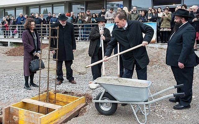 Pose de la première pierre pour une nouvelle synagogue à Podgorica, la capitale du Monténégro, le 18 décembre 2017 (Crédit : Facebook)