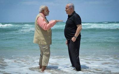 Le Premier ministre Benjamin Netanyahu (à droite) et son homologue indien Narendra Modi visitent l'usine de dessalement de l'eau de la plage d'Olga le 6 juillet 2017 (Kobi Gideon / GPO / Flash90)