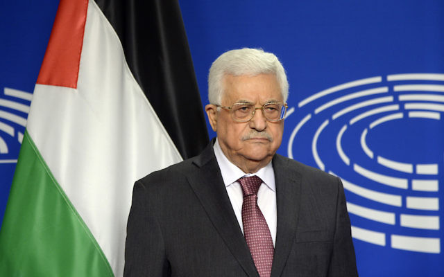 Le président de l'Autorité palestinienne Mahmoud Abbas pose pour des photos au Parlement européen à Bruxelles le 23 juin 2016 (Crédit : THIERRY CHARLIER / AFP / Getty Images via JTA)