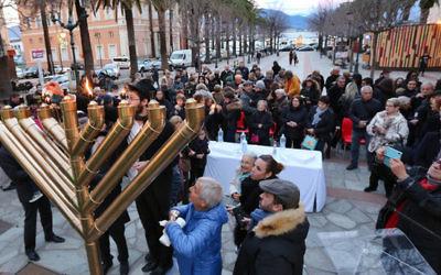 Pour la première fois en Corse, le candélabre de Hanoukka a été allumé, place Foch à Ajaccio. Le 17 décembre 2017. (Crédit photo : Jean-Pierre Belzit - Corse-Matin)