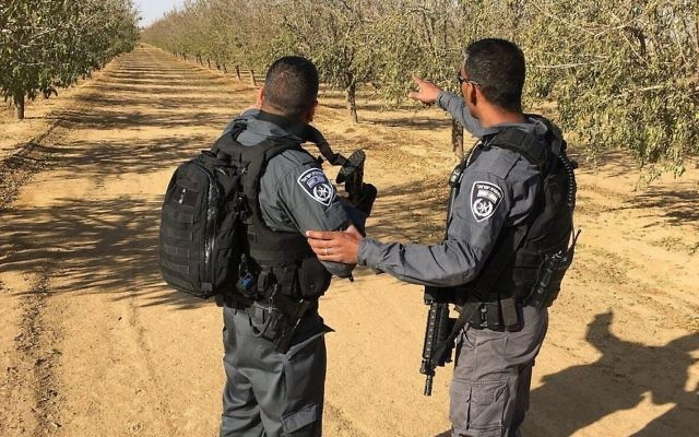 La police recherche l'auteur de l'attaque où un soldat a été poignardé à mort dans la ville d'Arad, dans le sud du pays, le 1er décembre 2017 (Crédit : Police israélienne)