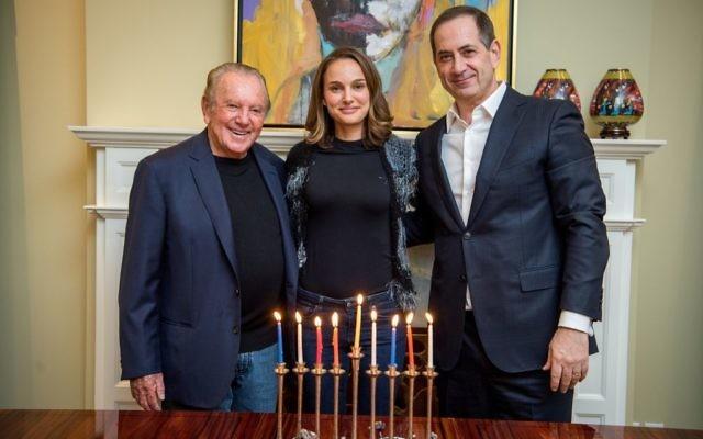 Le philanthrope Morris Kahn, (à gauche), Natalie Portman, lauréate du prix Genesis, et Stan Polovets, co-fondateur et président de la Fondation du prix Genesis. (Crédit : Fondation Genesis)