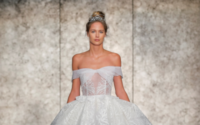 Une robe de la collection de robe de mariée d'Inbal Dror à la New York Bridal Fashion Week, octobre 2017. (Courtoisie / Dan Lecca)
