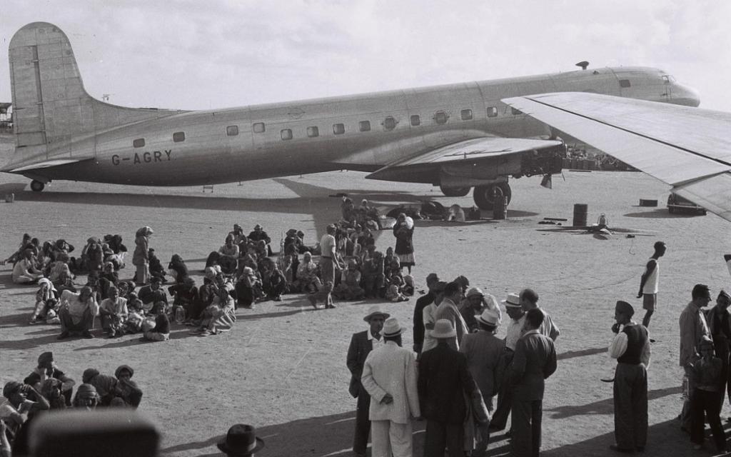 Juifs d'Aden (Yémen) attendant leur évacuation vers Israël, le 1er novembre 1949. Illustration (Crédit : GPO/domaine public)