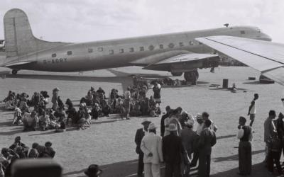 Juifs d'Aden attendant leur évacuation vers Israël, le 1er novembre 1949. Illustration (Crédit : GPO/domaine public)