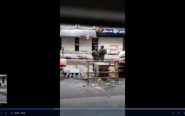 Un soldat israélien vole apparemment un fruit à un vendeur palestinien durant une manifestation violente dans la ville de Hébron, le 10 décembre 2017 (Capture d'écran)