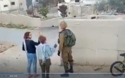 Deux jeunes femmes provoquent un soldat israélien à Nabi Saleh (Capture d'écran)
