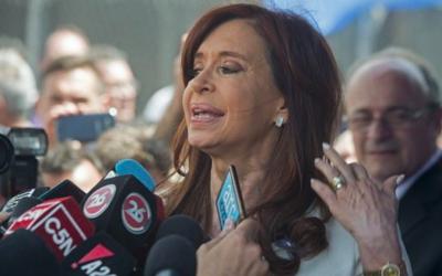 L'ancienne présidente et la sénatrice élue de l'Argentine, Cristina Fernandez de Kirchner, s'adresse aux journalistes alors qu'elle quitte le tribunal à Buenos Aires le 26 octobre 2017. (Crédit : AFP / Eitan Abramovich)