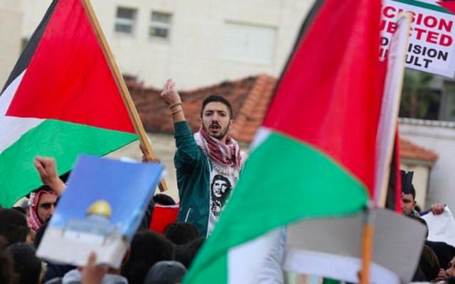 Les manifestants scandent des slogans et brandissent le drapeau jordanien lors d'une manifestation près de l'ambassade américaine à Amman contre la décision du président américain Donald Trump consistant à reconnaître Jérusalem comme capitale d'Israël le 7 décembre 2017. (Crédit : AFP / KHALIL MAZRAAWI)