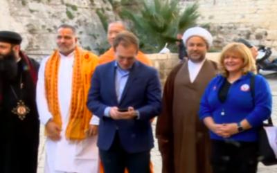 Une délégation bahreïnite en visite en Israël, le 9 décembre 2017 (Crédit : Capture d'écran Hadashot)