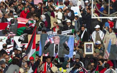 Des dizaines de milliers de personnes ont manifesté dimanche à Rabat contre la décision du président américain Donald Trump de reconnaître Jérusalem comme capitale d'Israël, le 10 décembre 2017 (Crédit : FADEL SENNA / AFP)