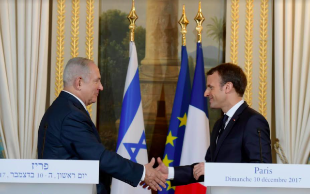Emmanuel Macron (g) rencontre Benjamin Netanyahu à l'Élysée, le 10 décembre 2017 à Paris. (Crédit : GPO)