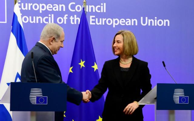 Le Premier ministre Benjamin Netanyahu (à gauche) tient une conférence de presse conjointe avec Federica Mogherini, chef de la politique étrangère de l'Union européenne, à Bruxelles, en Belgique, le 11 octobre 2017. (Avi Ohayon / GPO)