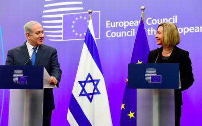 Benjamin Netanyahu aux côtés de Federica Mogherini à Bruxelles, le 11 décembre 2017 (Crédit : Avi Ohayon/GPO)